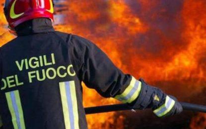 Scerne di Pineto, incendio vicino alla ferrovia all'altezza del Mercatone Uno