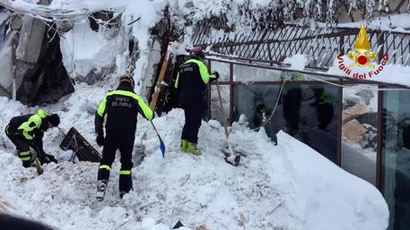 Italy quake, Abruzzo hotel hit by avalanche snow