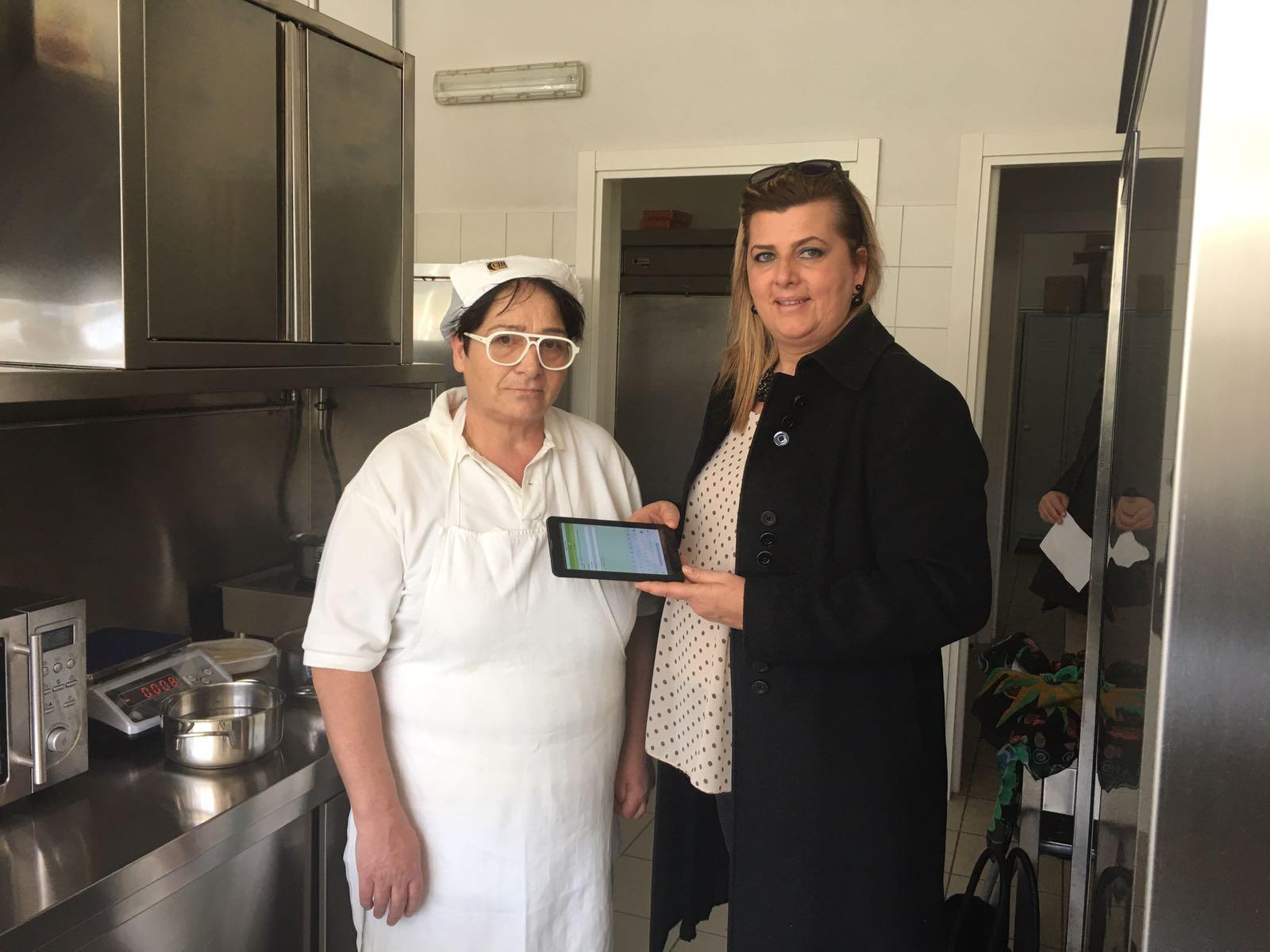 la vicesindaco Cameli con il nuovo tablet in dotazione alle cuoche