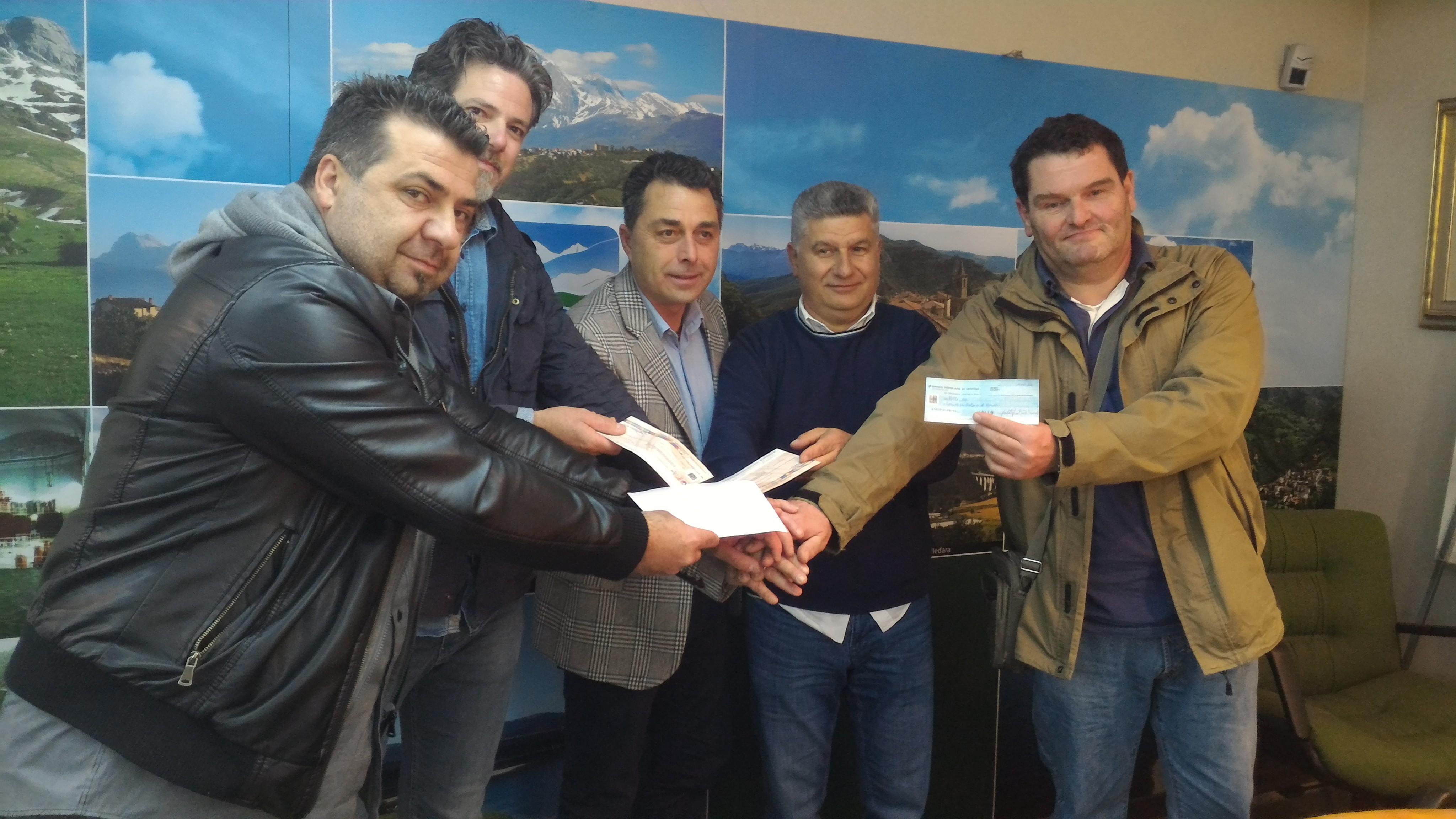 Montorio, gli operai di Carraro consegnano i fondi raccolti per la ricostruzione