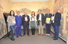 V. Di Felice omaggia i poeti presenti del libro Gaudeamus, casa di Bacovia