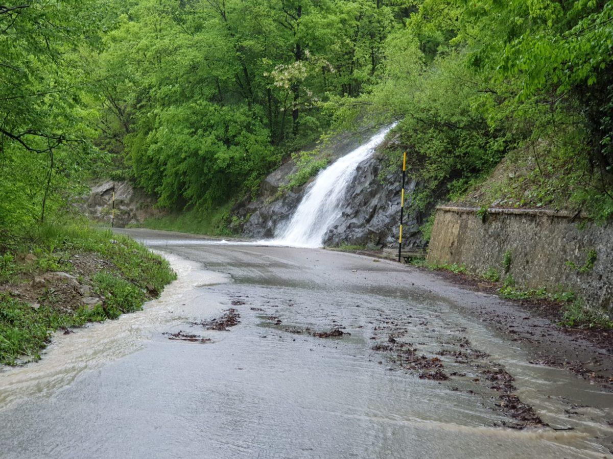 Valle Castellana, caduta di massi e fango sulla provinciale 49