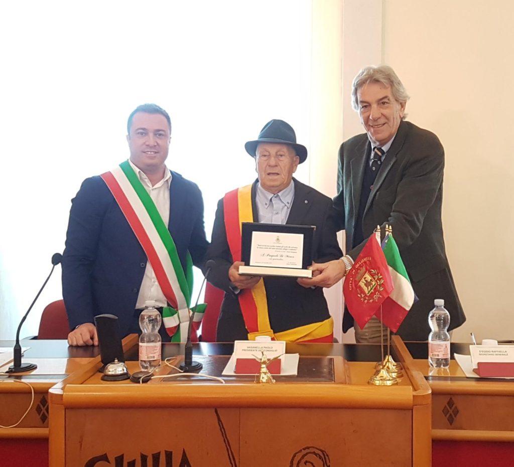 Giulianova, il sindaco consegna un riconoscimento a Pasquale Di Marco