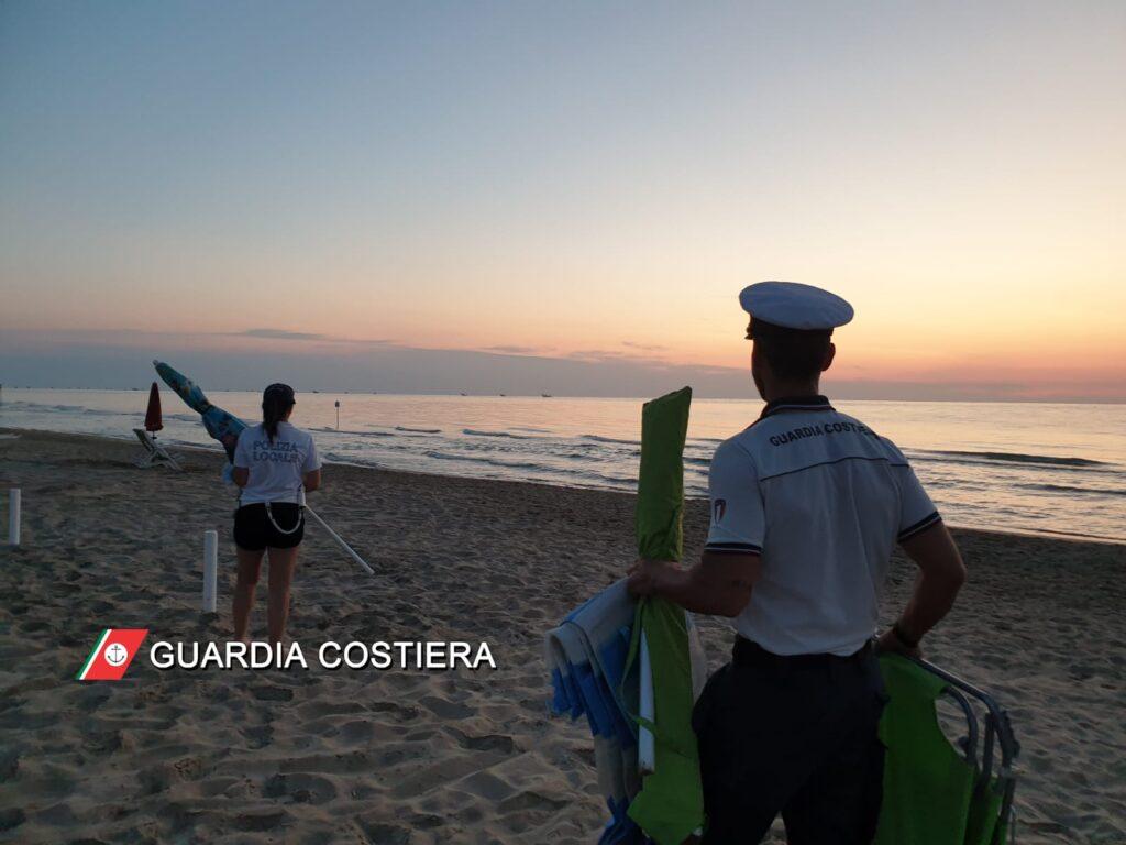 Tortoreto, rimossi ombrelloni e lettini lasciati in spiaggia libera