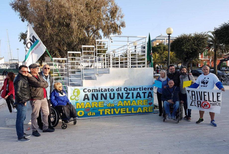 Giulianova, grande partecipazione al flash mob contro le trivellazioni in mare