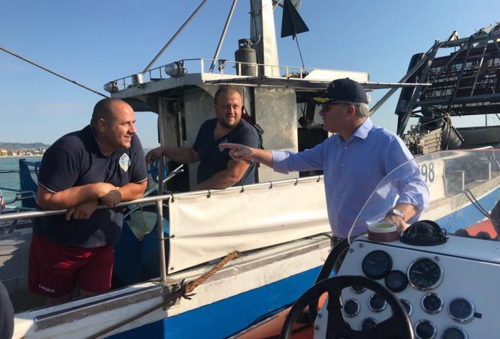 Pesca, Pepe in mare con la guardia costiera e le vongolare