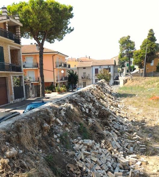 Nereto, cede muro ex campo Romeo Menti: sindaco dispone messa in sicurezza
