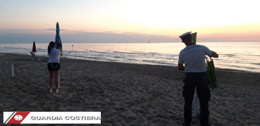 Alle prime luci dell'alba di questa mattina, personale dell'Ufficio locale marittimo di Tortoreto insieme a personale della Polizia locale, è intervenuto per rimuovere un ingente quantitativo di ombrelloni, sdraio ed altro materiale posizionato sul tratto di spiaggia libera, in contrasto con quanto previsto dalle norme. Sono 1600 i metri di spiaggia restituiti alla pubblica e libera fruizione, 83 gli ombrelloni sequestrati, oltre a 4 reti da beach volley e 67 tra sdraio e sedie. L'intervento congiunto con la Polizia locale, già effettuato più volte nel corso dell'estate in corso, mira a garantire il rispetto delle disposizioni adottate dalle competenti Autorità a tutela della libera fruizione di questo pregiato tratto di costa abruzzese.